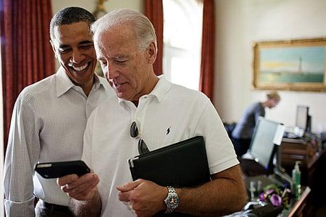 Official photo shows Obama, Biden viewing iOS app