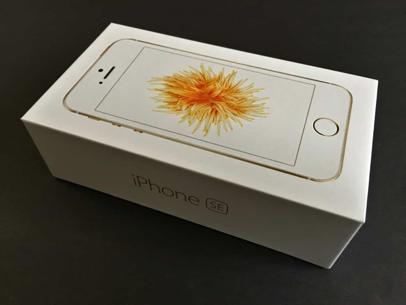 Unboxing the iPhone SE