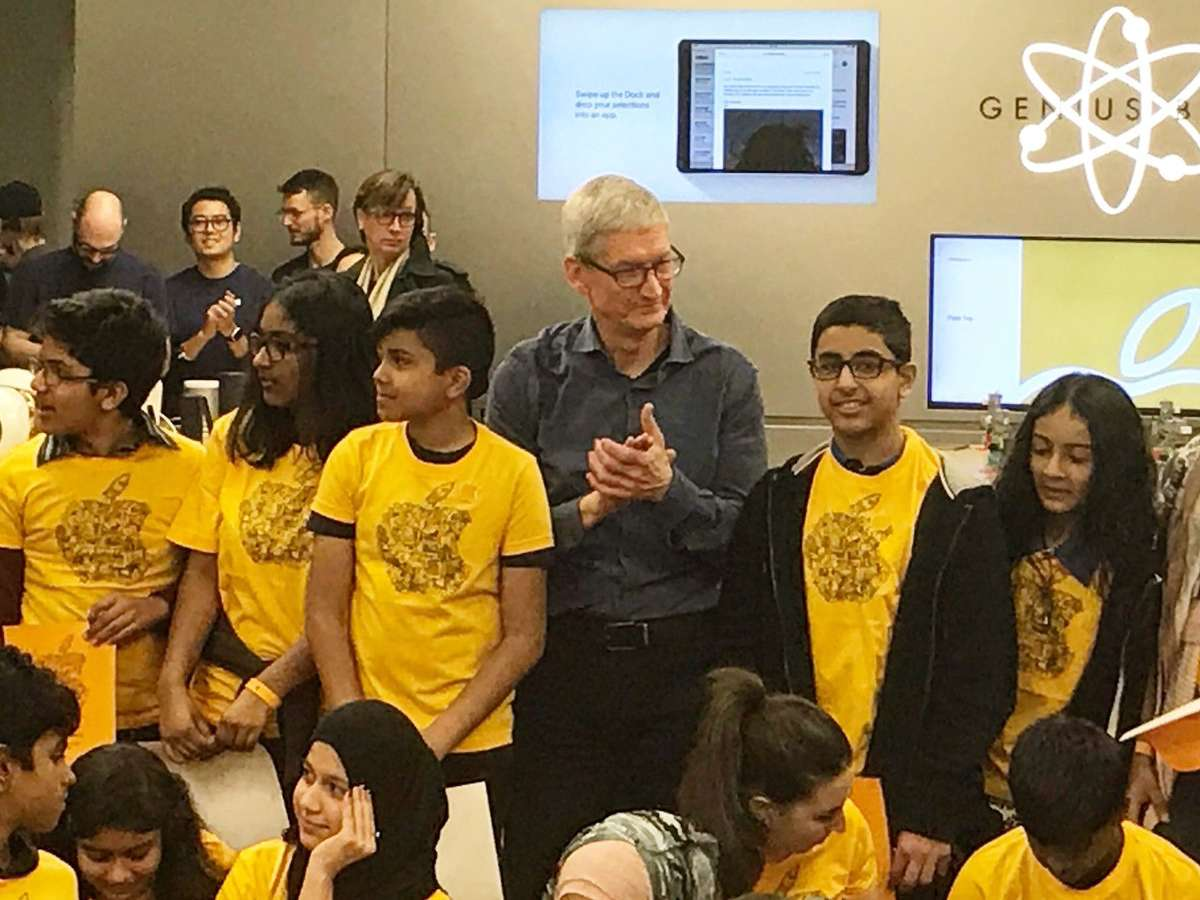 Tim Cook visits Canada, makes surprise drop-in at Toronto's Eaton Centre Apple Store