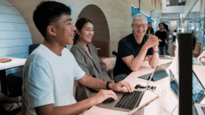 Tim Cook Visits WWDC Scholars, Students and Photographers in Thailand