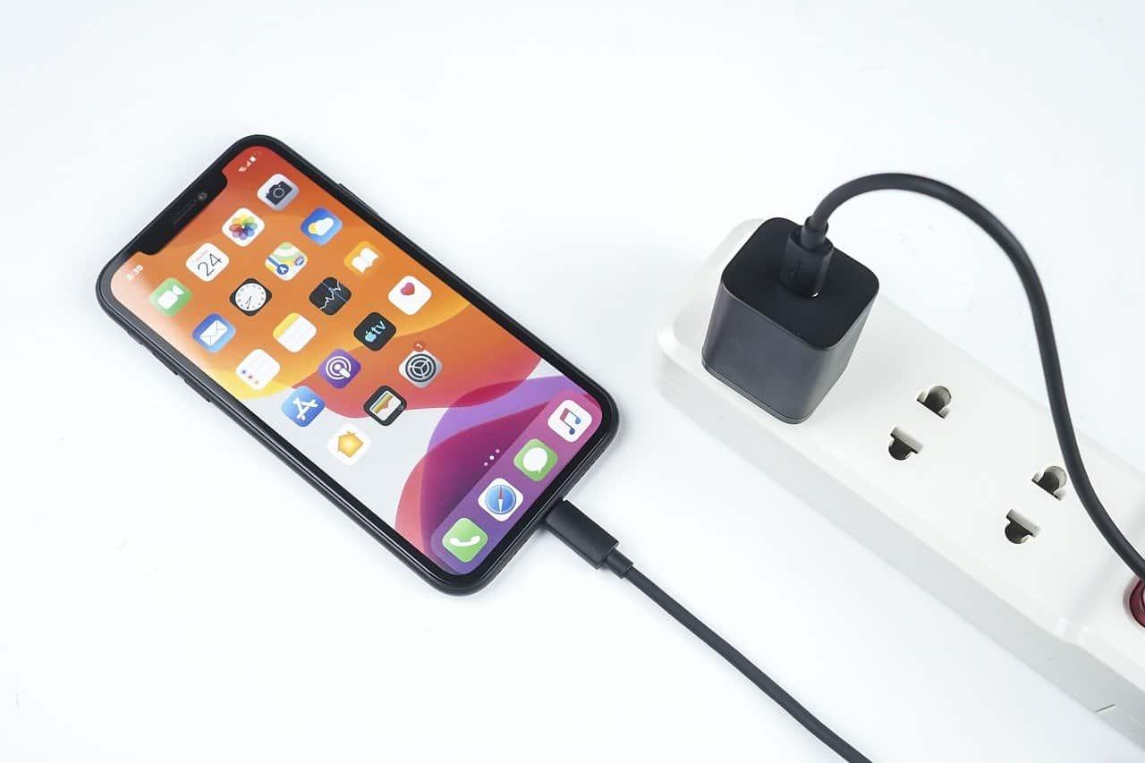 does iPhone 13 come with charger